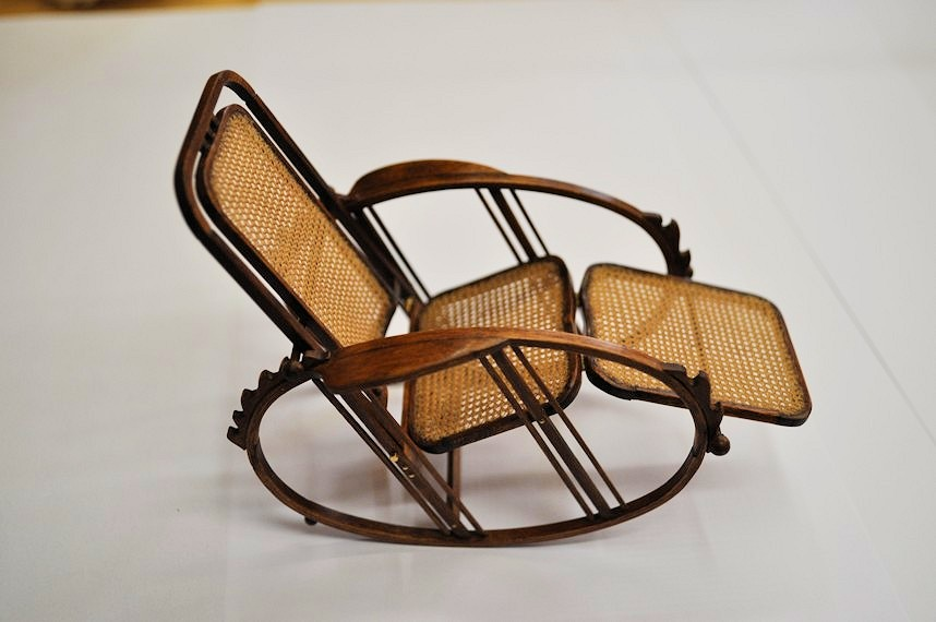http://www.ulmo.net/miniatures/didier-wetzel/photos/egg-rocking-chair/2013-03-27%20-%20stage%20ebenisterie%20-%20didier%20wetzel%2001.jpg